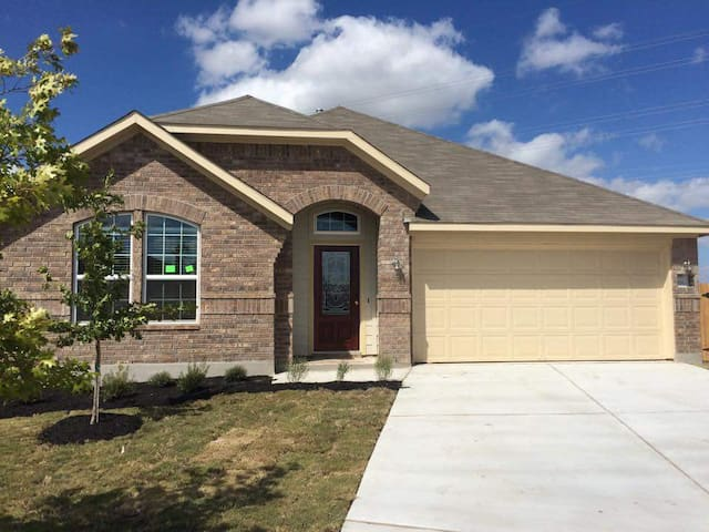 New peaceful and comfy abode just outside the city - Hutto