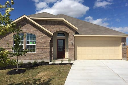 New peaceful and comfy abode just outside the city - Hutto - House