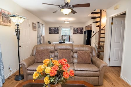Home away from Home (Sleeps 6) Close to Six Flags