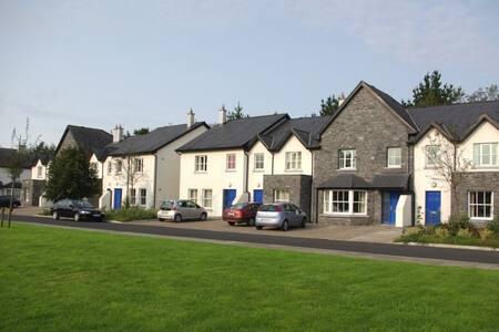 Near Bunratty Castle and Folf Park