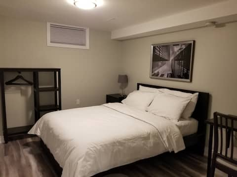 Beautiful Ensuite Minutes From Square One Shopping