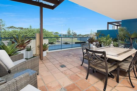 Sit back, relax and watch the waves roll in! - Alexandra Headland - Apartemen
