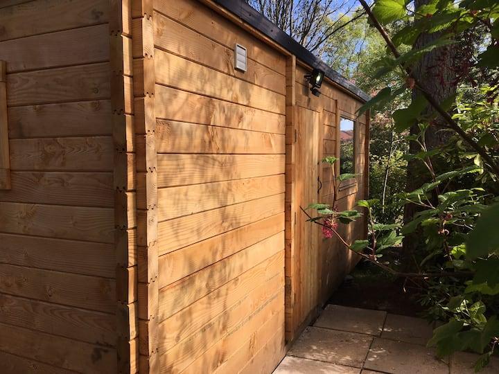 The Little Bird House; a cosy log cabin.