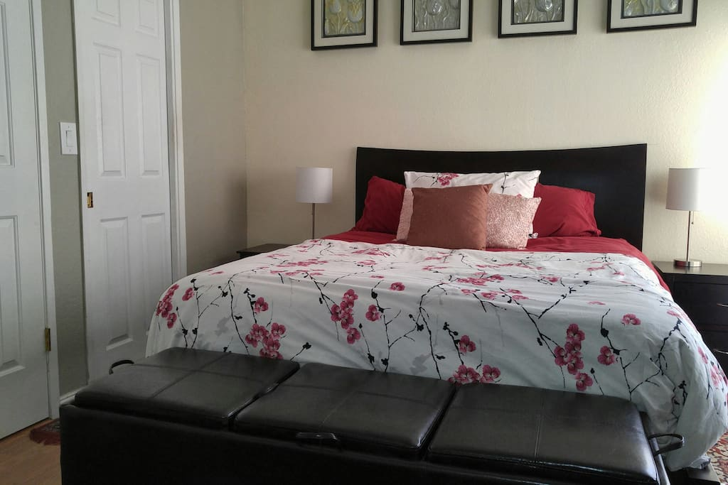 Queen bed in the bedroom
