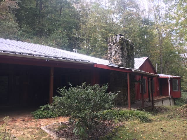 Firefly Creekside Cottage / Cabin in the Mountains