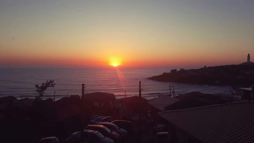 casas com linda vista  para o mar e o farol  .