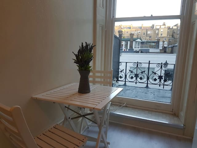 Single Studio with Balcony in Kensington - Londyn