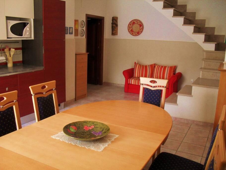Küche: Lehmwände in allen Räumen sorgen für ein gesundes Raumklima zum Wohlfühlen