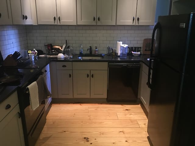 Charming room new renovation 1 block from metro!! - New York - Byt