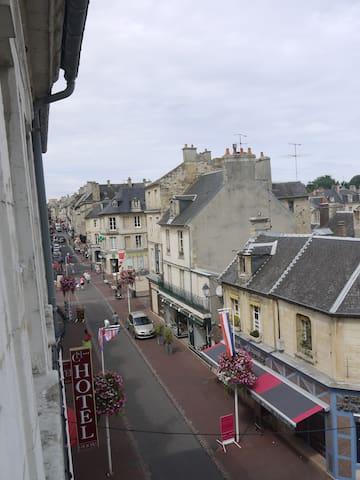 La rue principale de Bayeux vue de l'appartement