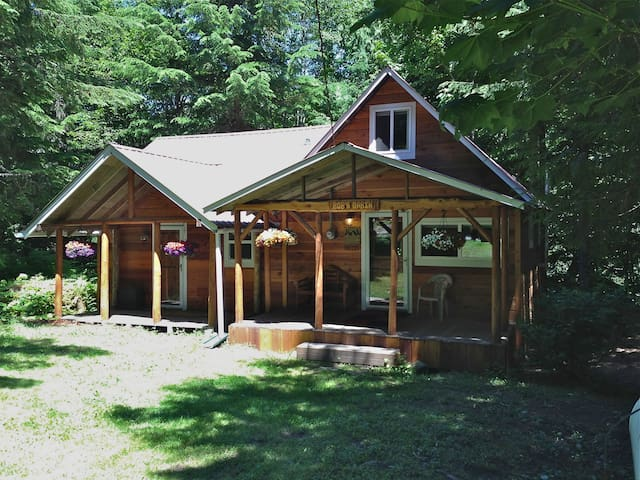 Bob's Cozy Cabin - Riverfront  - Greenwater - Cabaña