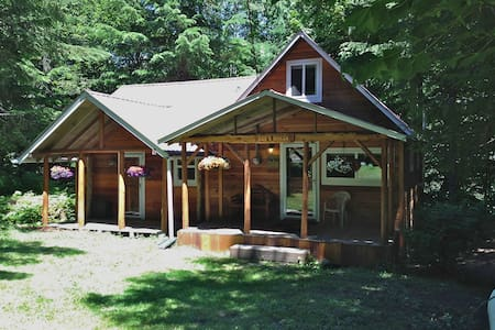 Bob's Cozy Cabin - Riverfront  - Greenwater - Hytte