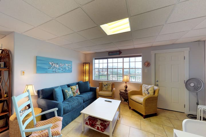 Beachy condo w/ shared pools and ocean views - walk to the sand and water!