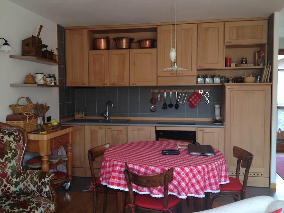 zona pranzo con cucina a vista