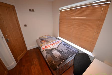 Single bedroom with private bathroom available in a large 5 beds house. Located just 10-15 minutes walk to Temple Bar, Dublin attractions.  Ideal budget solution for traveler or whoever needs a temporary place to stay.  No towels. Check-in before 9pm