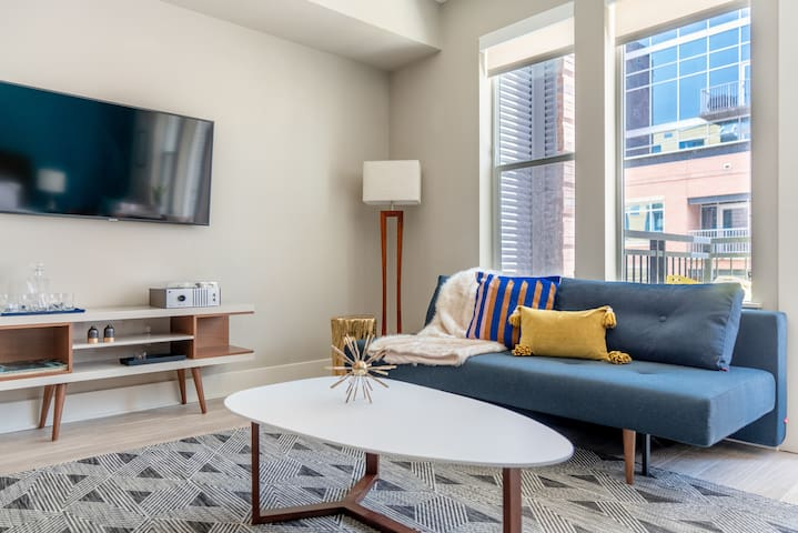 Charming Studio in Union Station with Pool + Gym