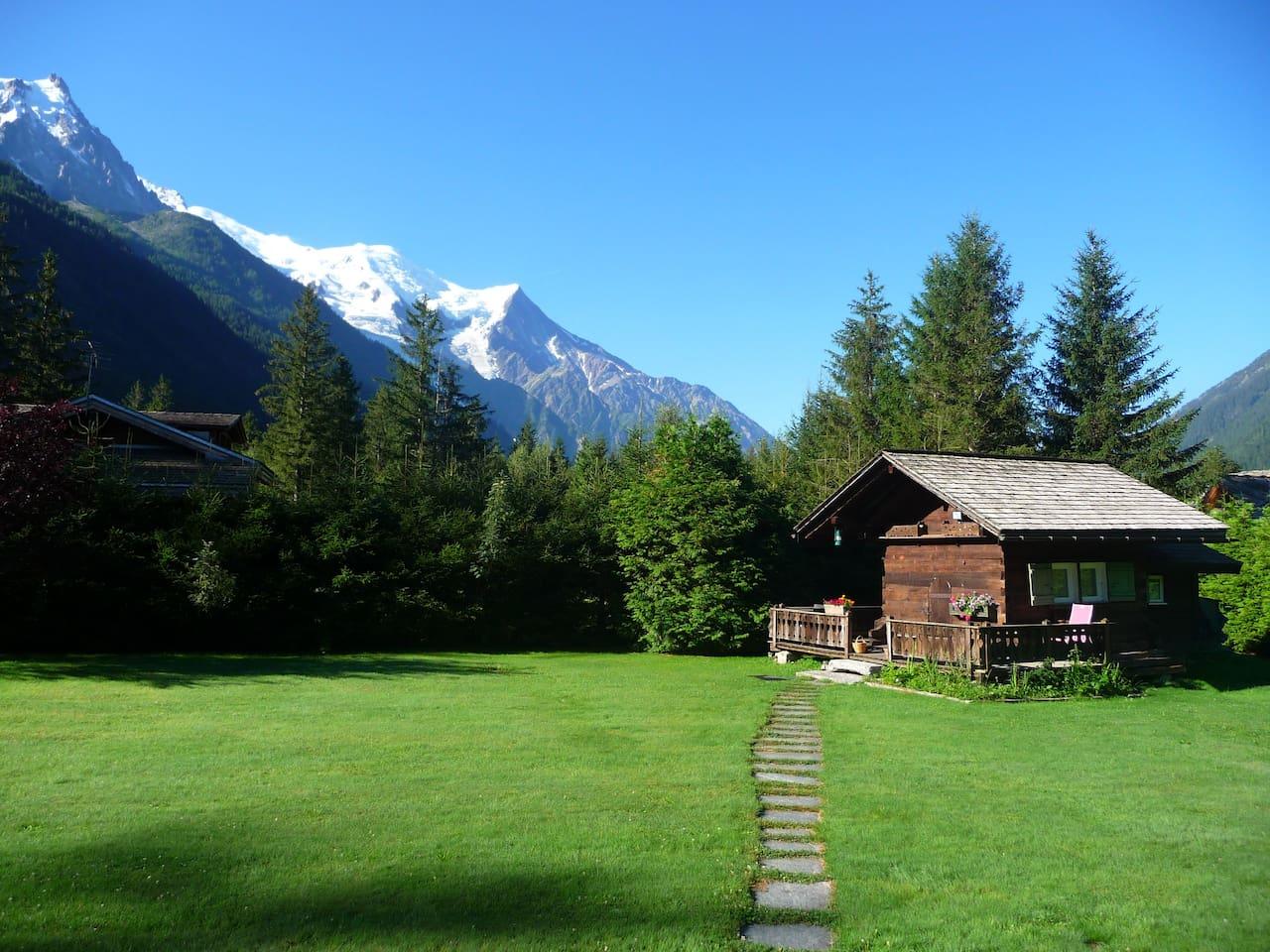 Vue du mazot depuis notre maison avec le Mont Blanc en arriere plan