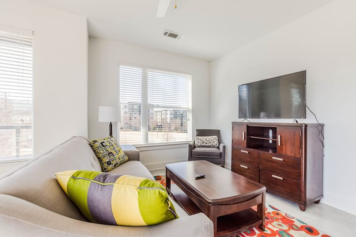 New & Luxurious 2 bed, 2 bath w/ Free Parking