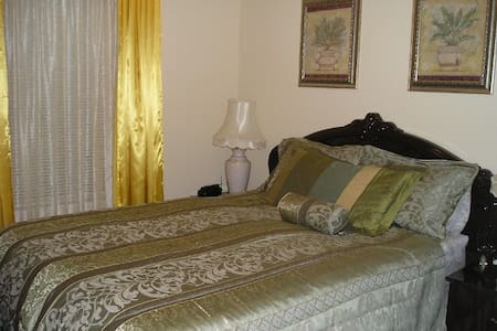 The gorgeous ITALIAN SUITE at SUSAN'S VILLA - Niagara Falls - Bed & Breakfast