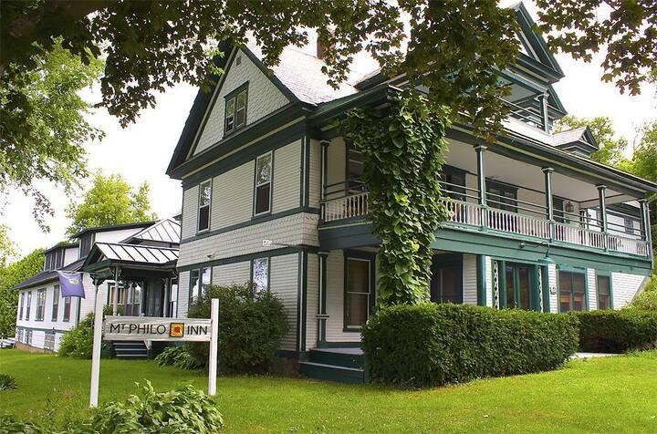 Mt. Philo Inn: Eclectic kitchen, lake views, park