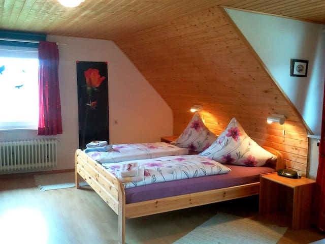 Sunny double room under the roof  - Grafenhausen - Hospedaria