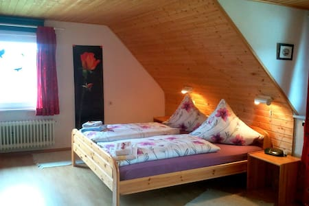 Sunny double room under the roof  - Grafenhausen - Gästehaus