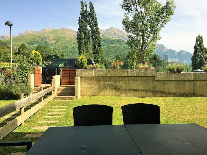 Casa con jardín y vistas a la montaña