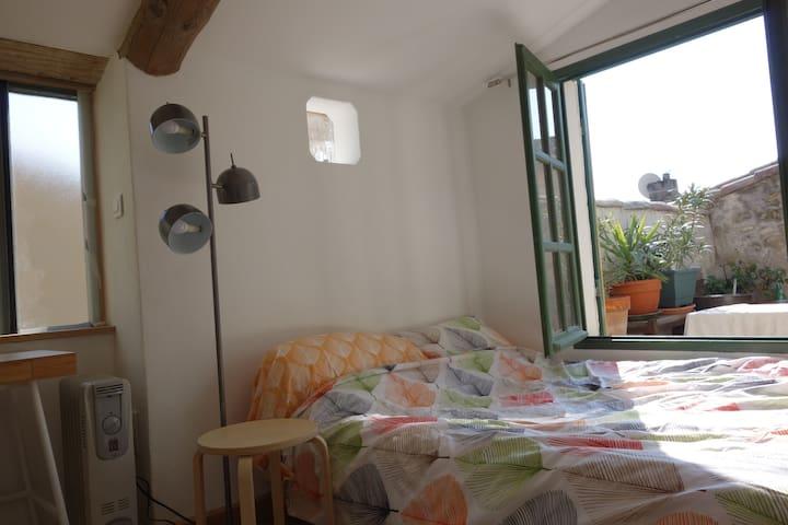 chambre, salle de bain & terrasse - Fournes - Apartment