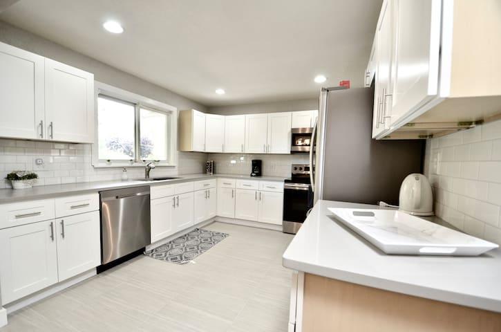 5-Bdrm-Remodeled-Modern-New-Appliances-Furniture