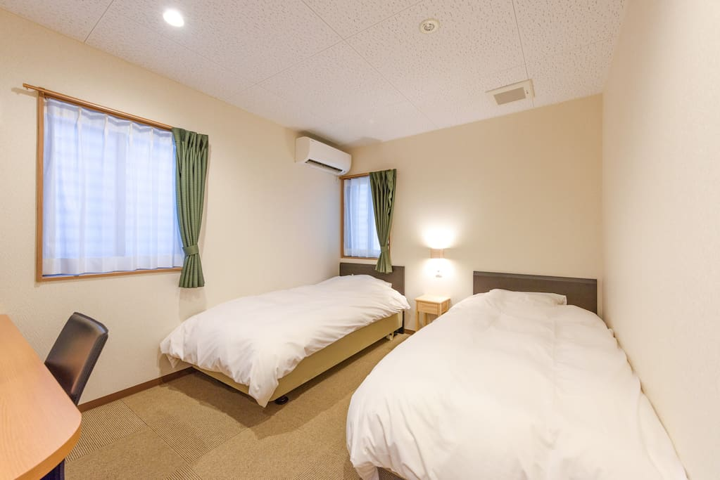 Spacious twin room for 2 persons (2 single beds)