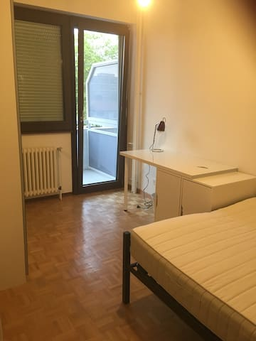 Chambre avec balcon à 10 min. de la gare de Genève