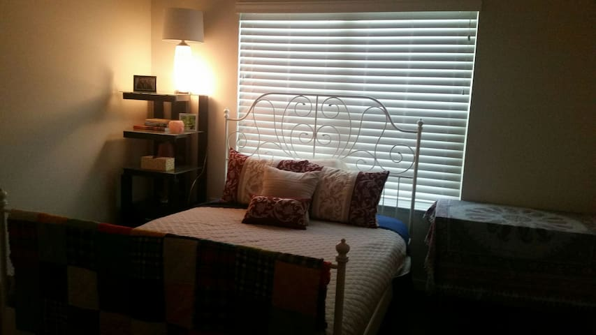 Clean & Comfy Bedroom with Pvt Bath - Tampa - Flat