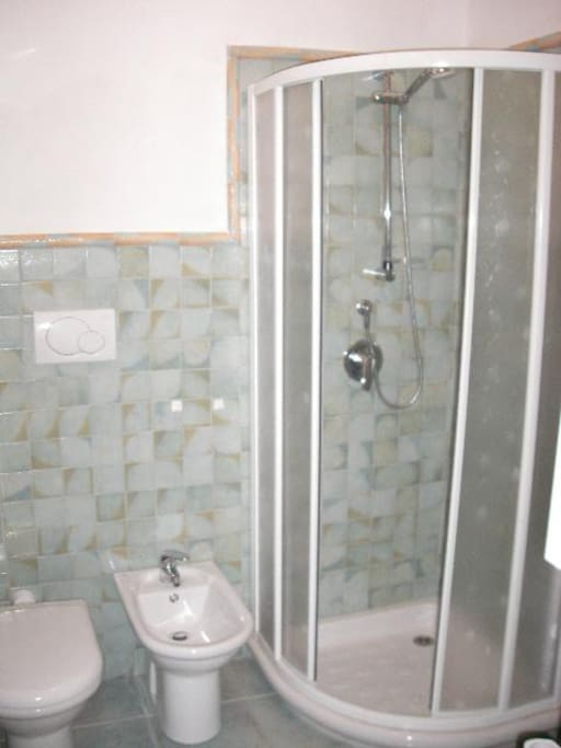 Il bagno è spazioso e con tutto ciò che serve. La doccia ha la cabina e non l'odiosa tenda...