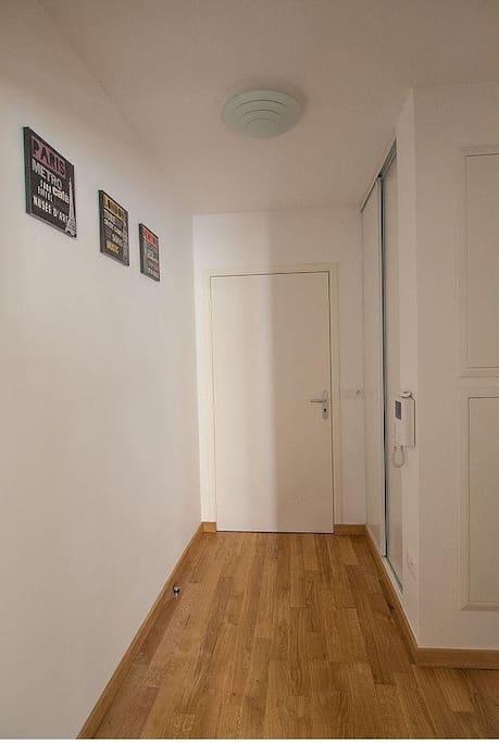 Entrée spacieuse avec placard dans lequel vous trouverez le linge de maison (drap, couverture, oreillers...) ; interphone
