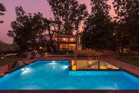 Kenwoods, 5-Bedroom Pool Villa in Vikramgad