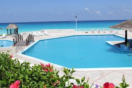 Beautiful Beach Front Condo - Cancún