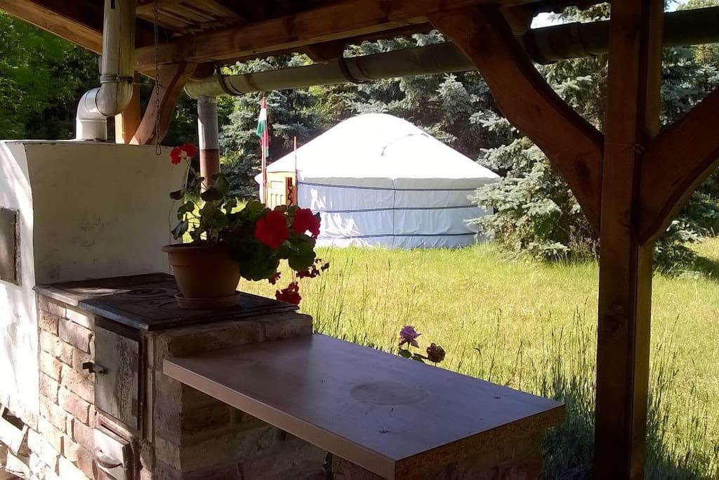 szabadban főzés-sütés-csikókályhán-az udvaron jurtákban lehet aludni