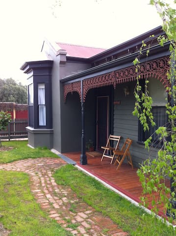 Sunny, pet friendly Victorian Home - North Bendigo - House
