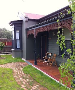 Sunny, pet friendly Victorian Home - North Bendigo