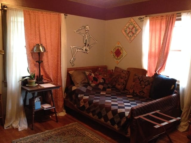 Near Airport/15 mins to Downtown -Boho Artist Room