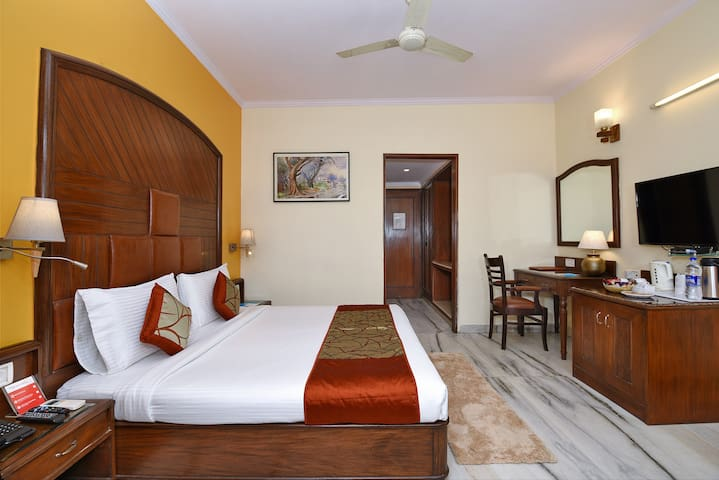 Premium Room in South Delhi on Main Mathura Road Near Nizamuddin Station