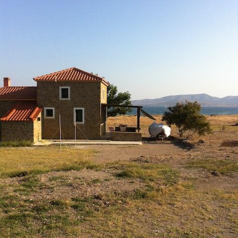 Limnos'ta sahil taşı inşa edilmiş konuk evi