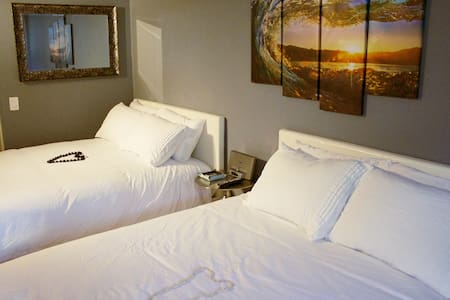STEPS FROM BEACH 2QUEEN-BED FREE PARKING/WiFi/POOL
