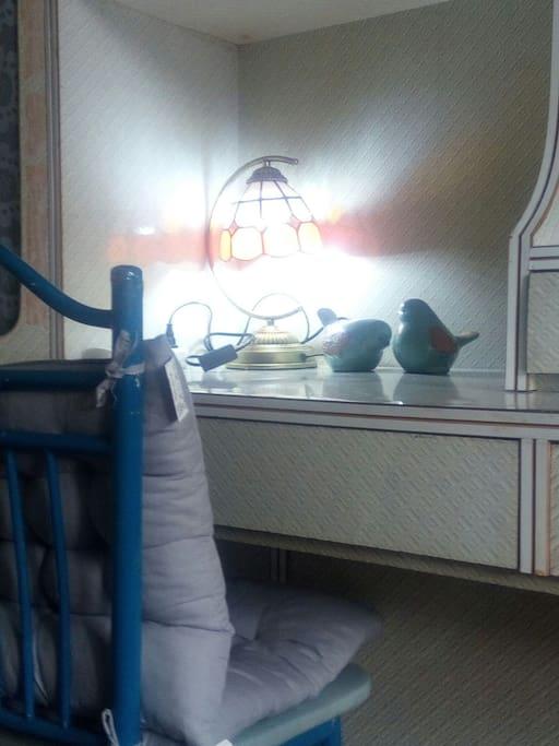房间里的书桌