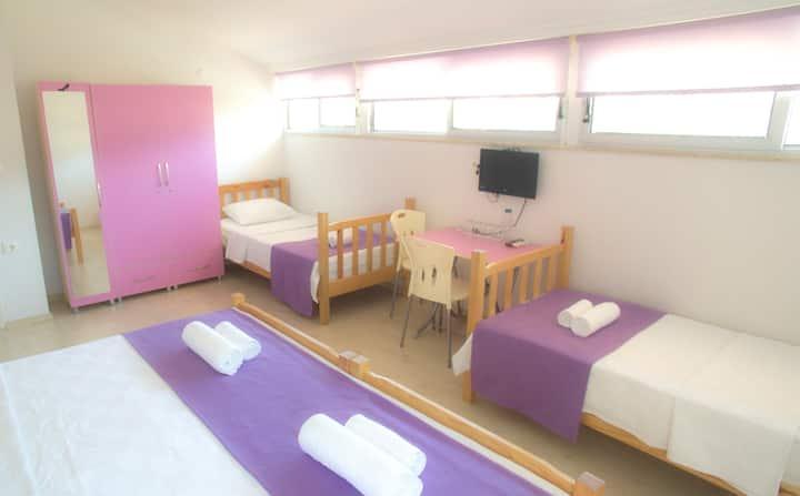 Fethiye merkezde kiralık banyolu 4 kişilik oda