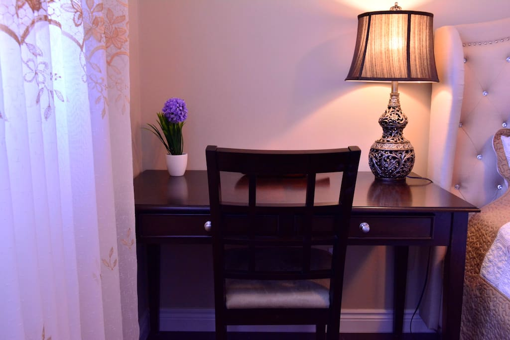 Elegant work space 简洁高雅的书桌椅