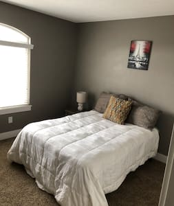 Private Bedroom in Quiet Neighborhood near Airport