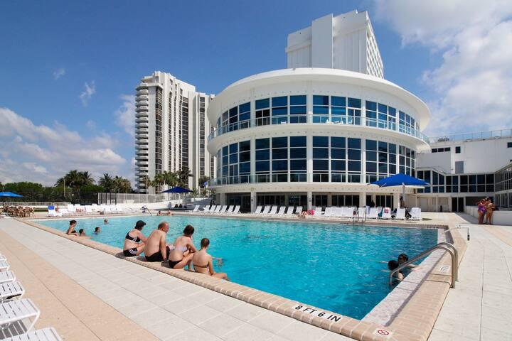 Sunlit ocean front studio w/ beach access, pool, tennis, & fitness center