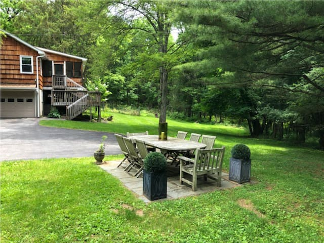 SPACIOUS COUNTRY GETAWAY - JUST 50 MILES FROM GWB!