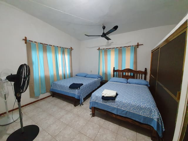Cuarto 2: Dos camas matrimoniales, ventiladores y baño completo dentro.